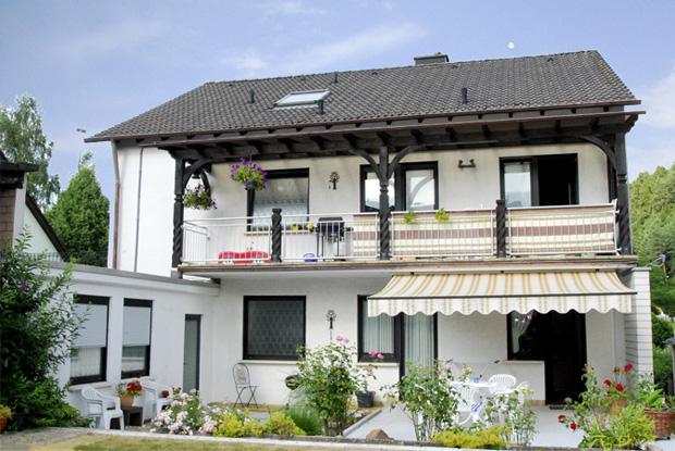 Haus Rückansicht mit Terrasse und Grill